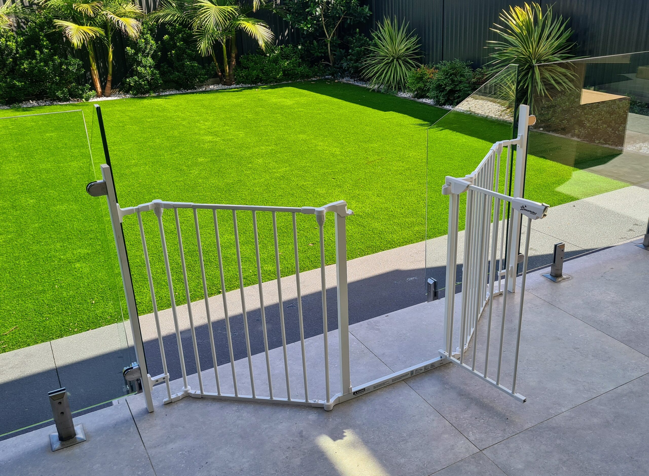Outdoor baby proofing gate